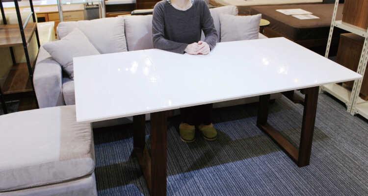 高さ68cmのダイニングテーブルにソファーで座る02