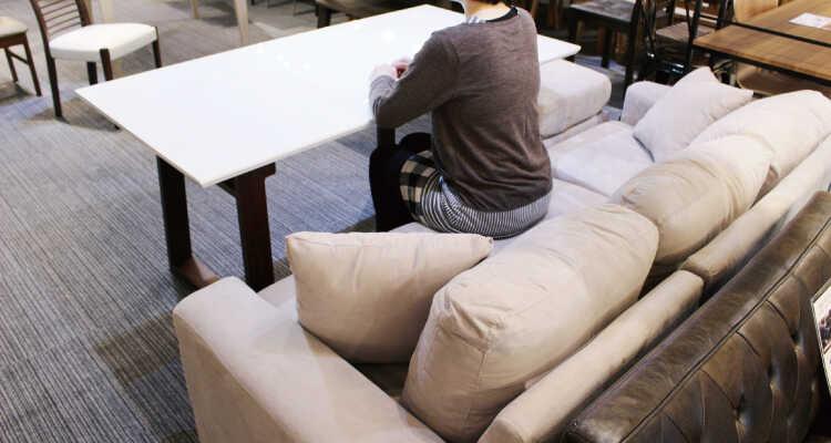 高さ68cmのダイニングテーブルにソファーで座る03